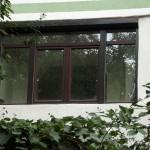 Ferestre PVC Rehau, cu geam termopan si rulouri din aluminiu, in nuanta mahon