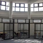 compartimentare interioara cu vitrine din aluminiu maro_Suceava