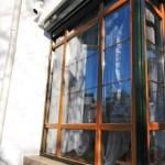 tamplarie din PVC stejar auriu cu geam termopan si rulouri exterioare electrice din aluminiu